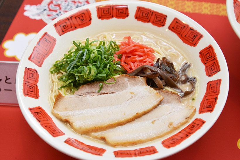 ↑博多とんこつラーメン(699円)。自社製造の濃厚豚骨スープに、低加水タイプのピシっとした特製ストレート細麺がマッチします