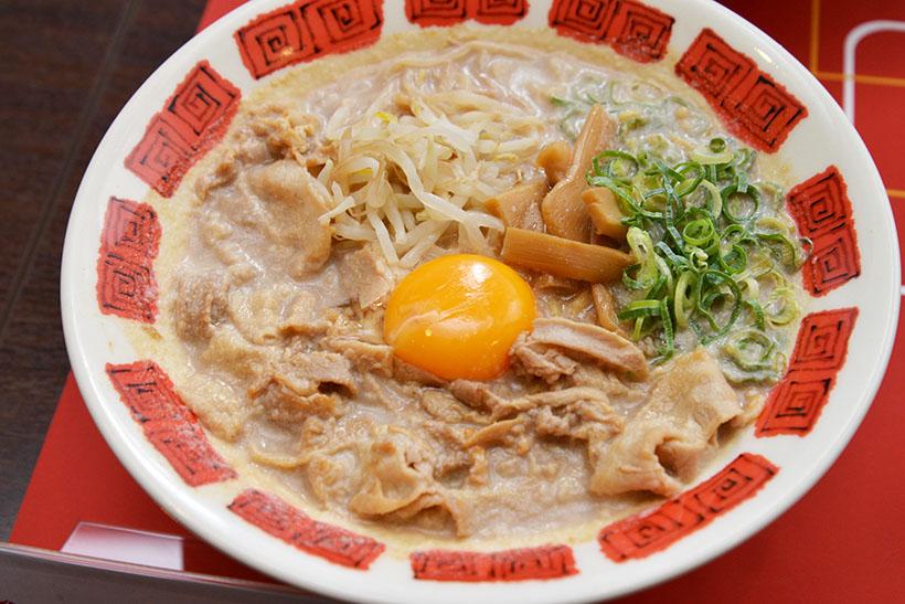 ↑肉盛り徳島ラーメン(749円)。濃厚豚骨スープと特製のかえしを合わせたパンチのある味わいで、卵黄と混ぜてまろやかに食べるのもオススメです