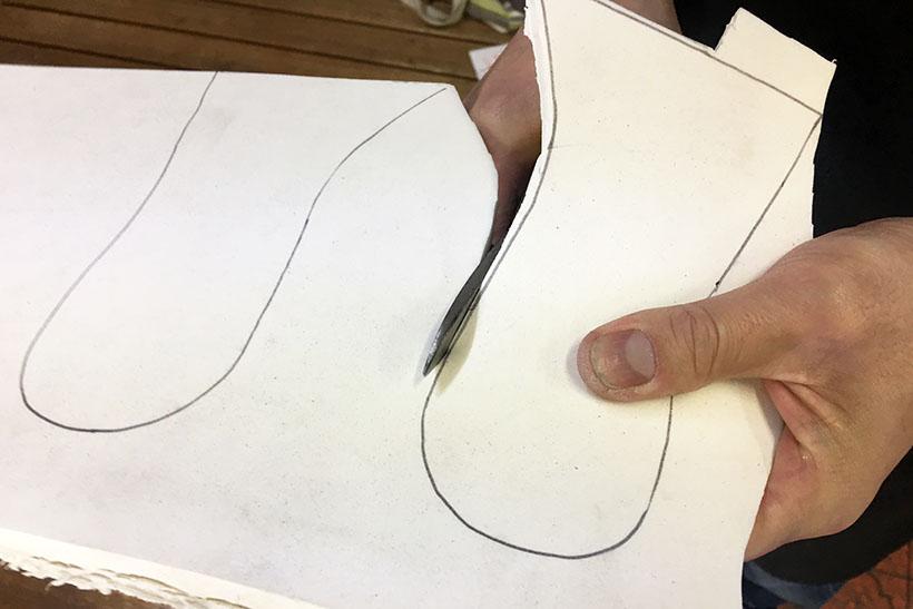 ↑型紙の線に沿って、新品のポリウレタンをハサミを使ってカット