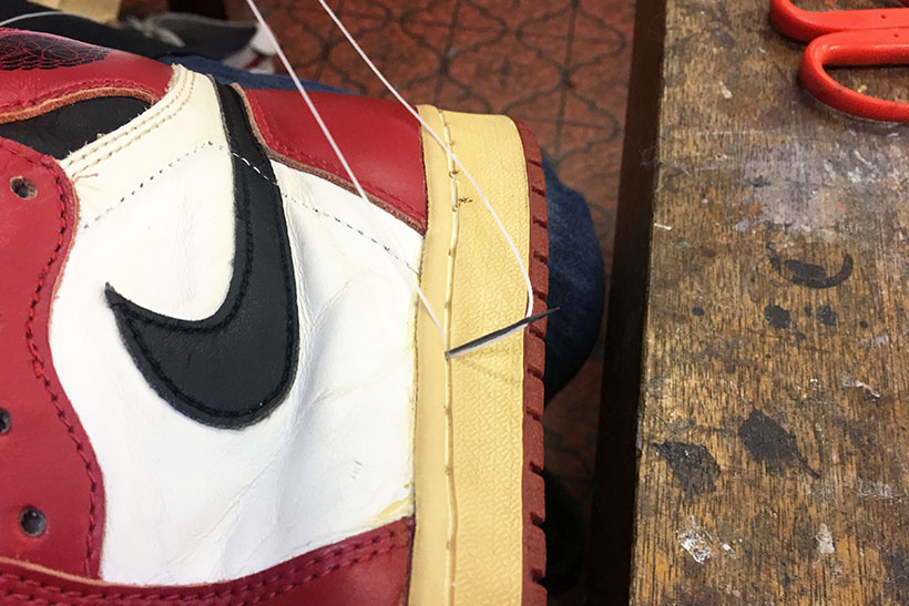 ↑最後に分解前からアッパーとソールに空いていた穴を使って、糸で縫い合わせて行きます