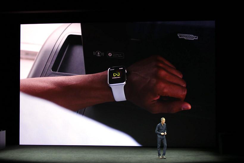 ↑GimKyt対応のトレーニングマシンが登場すると、NFCでApple Watchを接続してデータを相互に活用できるようになる