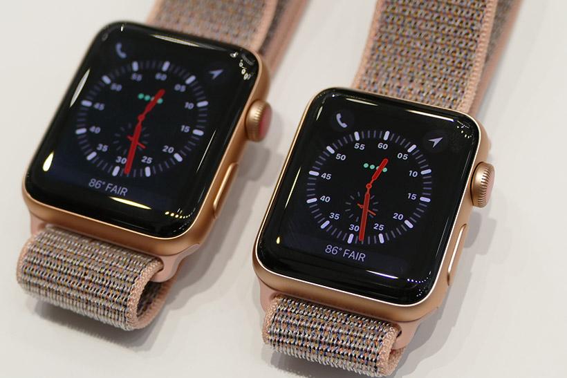 ↑Apple Watch Series 3。42mmモデル(左)と38mmモデル(右)