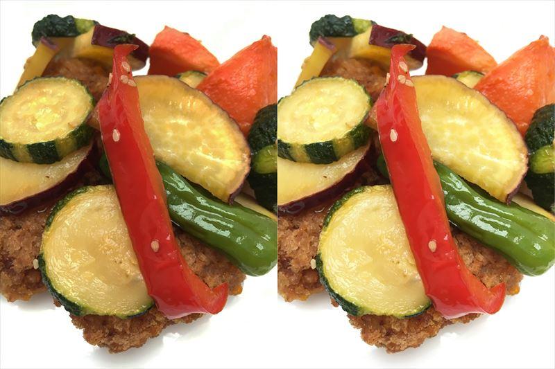 ↑左の写真は、明るさを調整せずに撮影。全体が沈んだ感じで、料理の色もくすんで見える。明るさのスライダーを動かして、明るく調整したのが右の写真。写真が明るくなることでくすみが抜け、赤、黄、緑の色の食材が鮮やかに写って美味しそうに見える