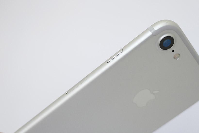 ↑従来機iPhone 7(シルバー)の側面&背面