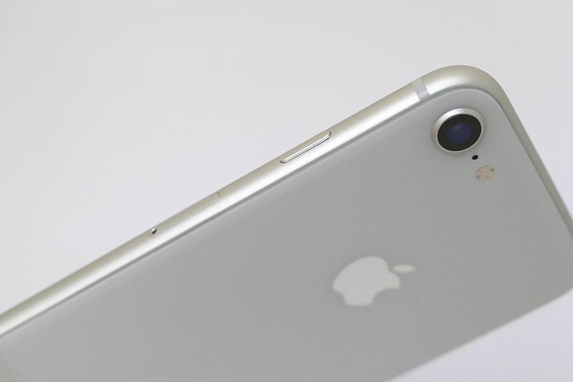 ↑新モデルiPhone 8(シルバー)の側面&背面