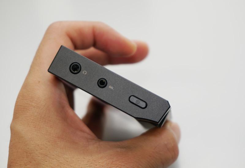↑トップにアンバランス接続の端子と、2.5mm/4極のバランス接続端子を搭載