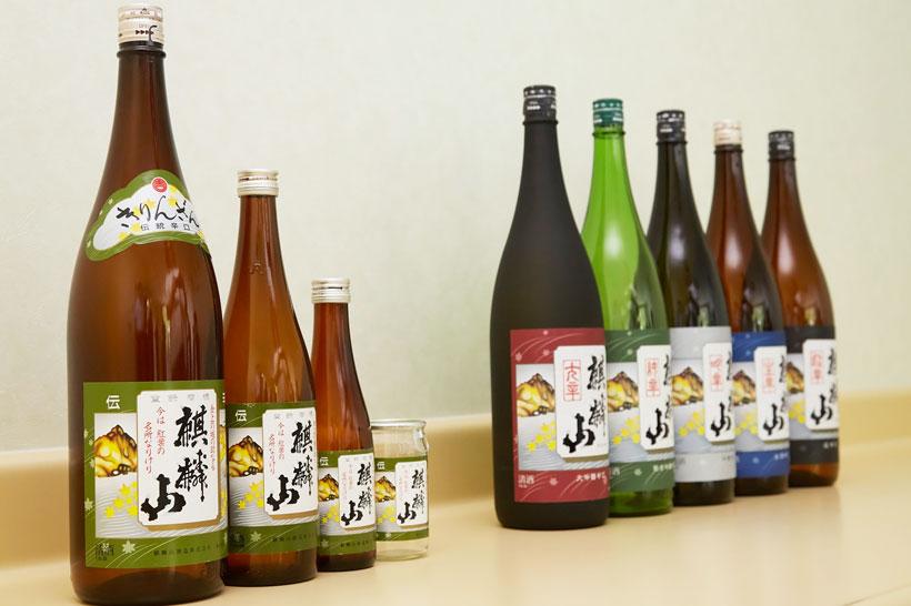 ↑左の3本が普通酒の「麒麟山 伝統辛口」。