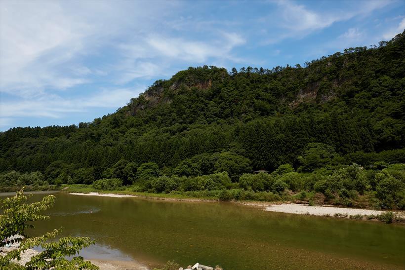 ↑麒麟山を背景に常浪川の風景