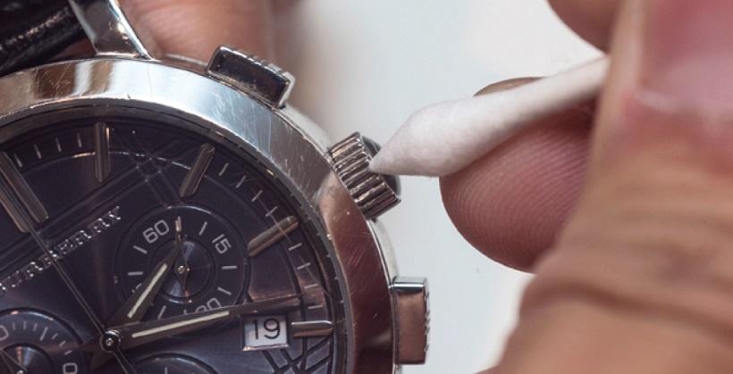 ↑プッシュボタンやリューズなどの隙間はクロスも届きにくい。綿棒で丁寧に掃除しよう