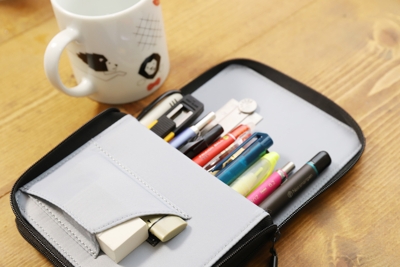 ↑容量的には、一般的なペンなら15本は入る。高さもあるので、定規やハサミも軽く飲み込む