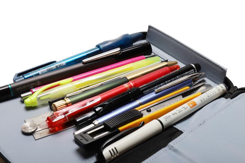 ↑底には、ペン先がジッパーに当たって破損しないよう、底板がついている。細かい配慮がうれしい