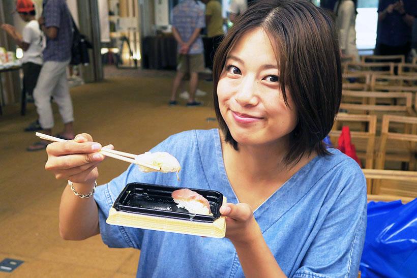 ↑寿司3貫盛りを試食する優ちゃん。一口食べただけでニンマリ