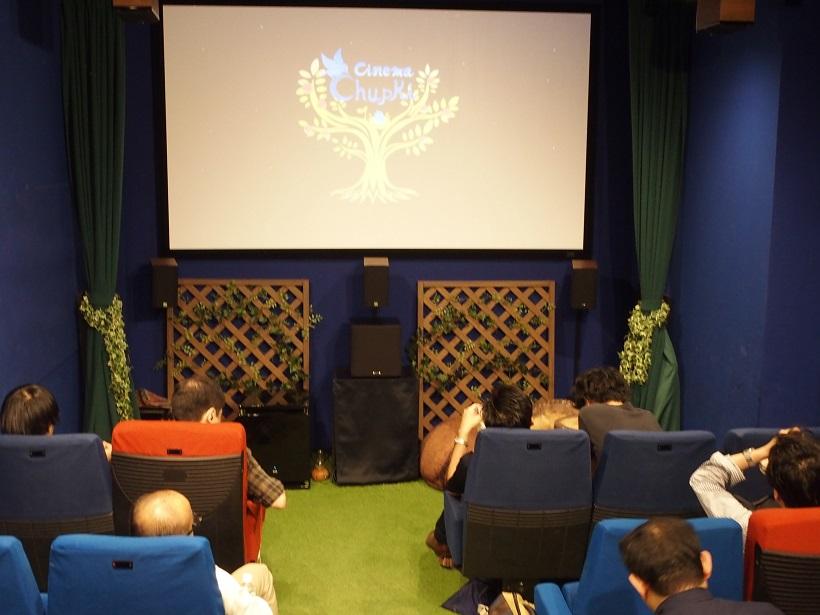↑劇場内の様子。常設の席は15席あり、車椅子スペースで補助席を使用すると20席まで拡大