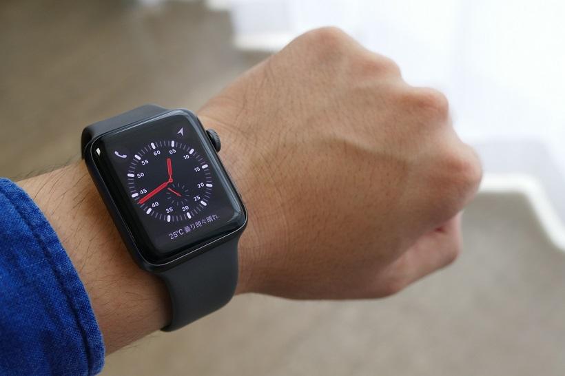 ↑今回筆者がレビューしたのは、au版のApple Watch Series 3のGPS + Cellularモデル。ケースサイズは42mmでスペースグレイアルミニウムケースとグレイスポーツバンドの組み合わせだ。