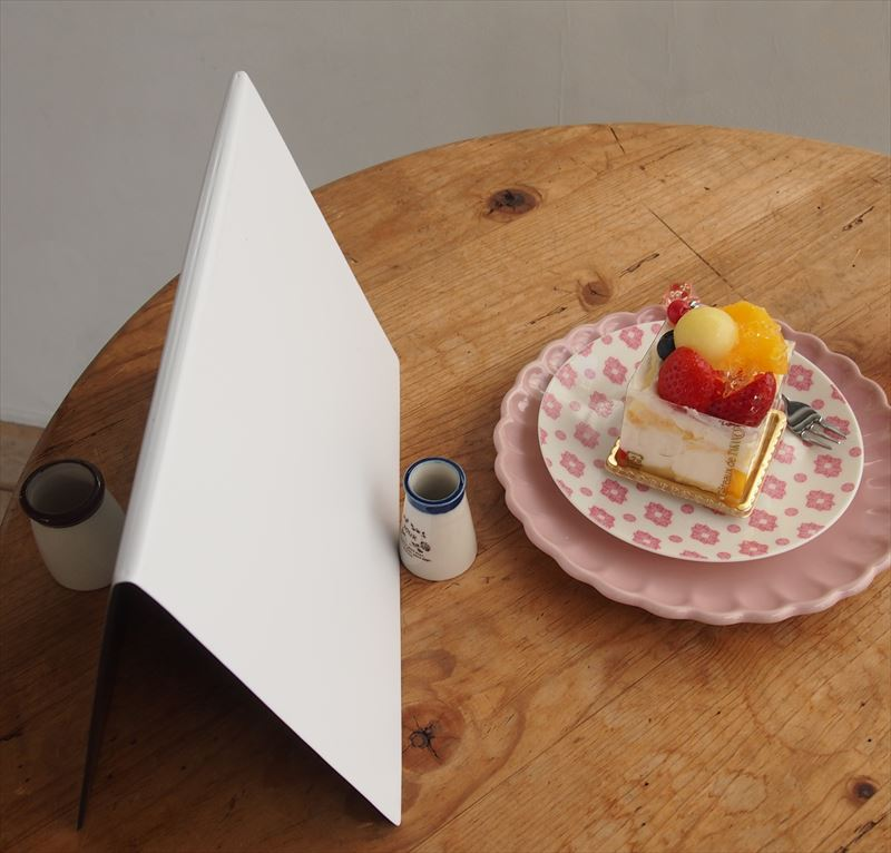 ↑右から光が入ってくるので、その反対側にレフ板を置いた。レフ板に光が反射して、ケーキの手前側をほんのりと明るく照らしている