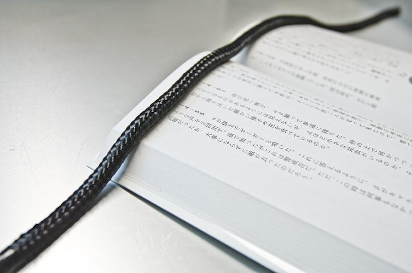 ↑書籍の上に乗せて、ページを押さえることも可能。細いので、ページを隠すことなく固定できる