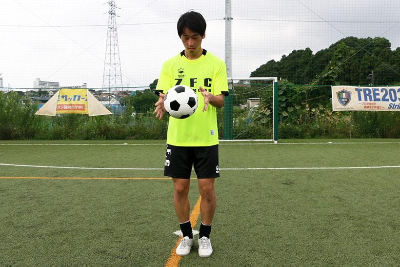 ↑ボールから手を離す。このとき、ボールが身体に近いと蹴りにくいので蹴りやすい前の位置で離す