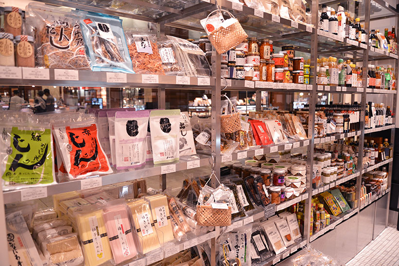 ↑乾物に調味料など、商品棚には日本各地の食材がズラリ!
