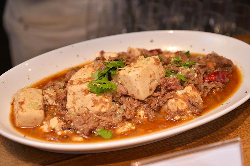 ↑福田シェフがイベント用に作ってくれた「ラム麻婆豆腐」。仕上げにフィンガーライムがたっぷりあしらわれています