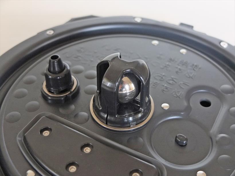 ↑調圧ボールは指で軽く動かして異物が付いていないか確認します。また、横の黒い突起(圧力調整装置)も指で軽く押して中に米粒などが詰まっていないか確認します。詰まっている場合は竹串などで取り除く必要があります