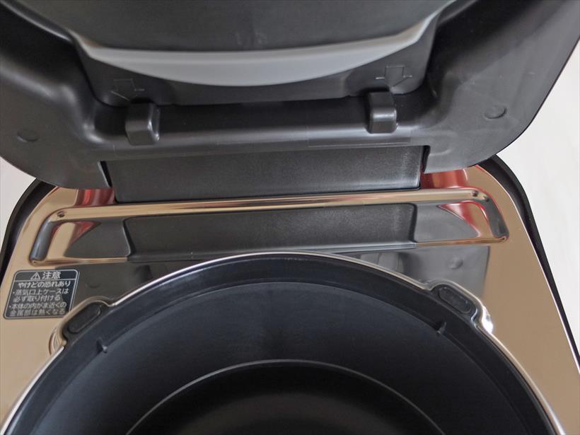 ↑ふた可動部の下のつゆが溜まりやすい場所に窪みがある。つゆ受け部も含め、フレーム部表面にはステンレスが使われているので、汚れが拭き取りやすいです