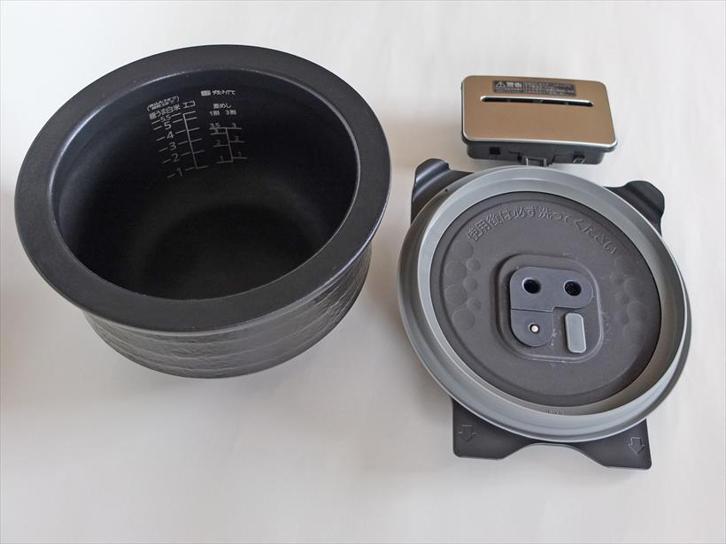 ↑写真左が内釜(土鍋)。右下が内ぶたで右上はスチームキャップ(蒸気口)。スチームキャップは2つに分解して洗います