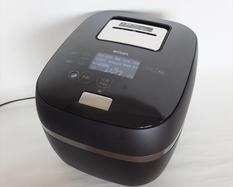 ↑液晶パネルの文字と操作ボタンが黒いボディに浮き上がって表示され、スタイリッシュです