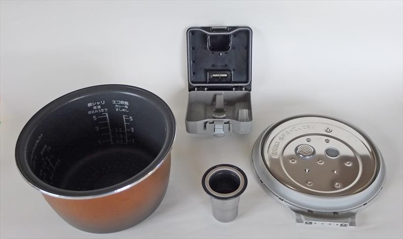 ↑写真左から内釜、蒸気口カセット(上)、水容器(下)、内ぶた。蒸気口カセットは2つに分けて洗う必要があります