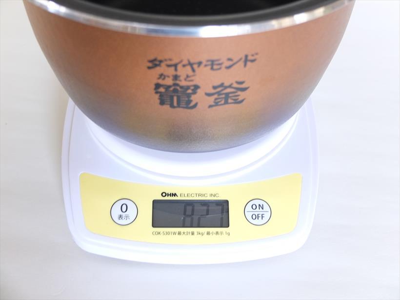 ↑内釜の重さは827g。軽くて丈夫で、片手でもラクラク持てます