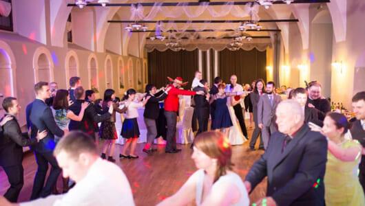 教会では誓いのキスをしない! 日本と全然違うポーランドの厳粛で愉快な結婚式