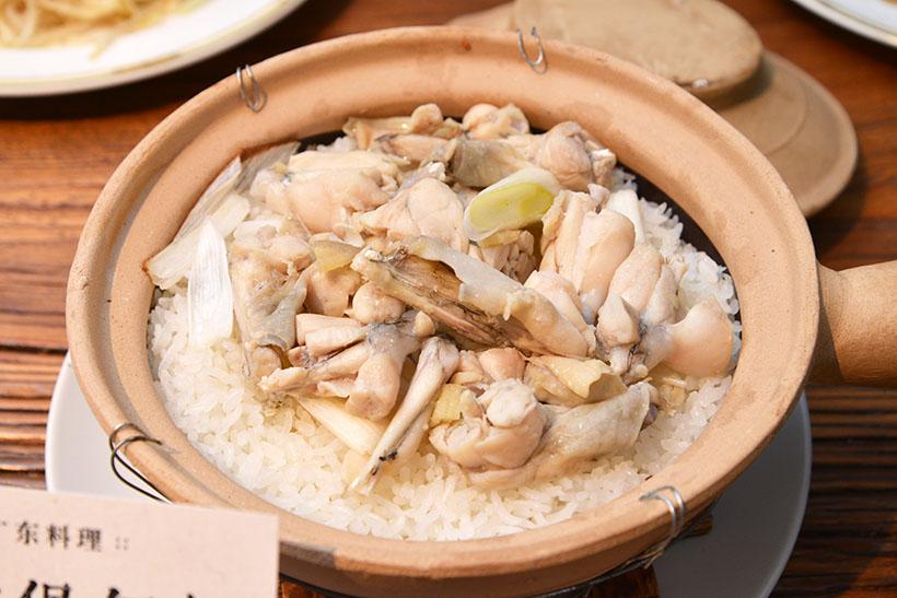 ↑廣東料理「カエルの土鍋ごはん」。実はカエルはポピュラーな食材で、鶏肉のような味わいが特徴です