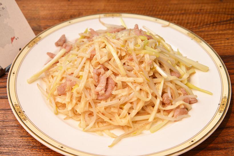 ↑廣東料理「豚と黄ニラのイーフー焼きそば」。水を使わず、小麦粉と卵のみで打った麺はまるで生パスタのような弾力です