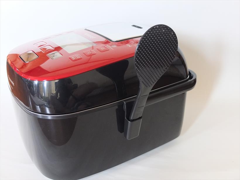 ↑炊飯器の取っ手の根元に付属品のしゃもじホルダーを取り付ける溝があります。しゃもじを省スペースにセットできて便利です