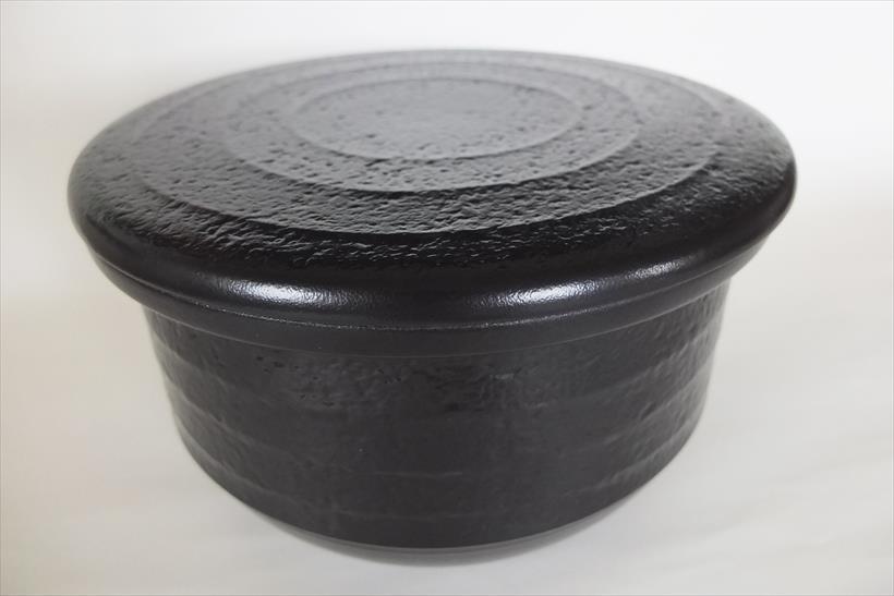 ↑付属の土鍋ふたを使えば、土鍋ごと食卓に置いても炊き上がりの温かさをキープ。実際にテーブルに置く際は、つゆ取り用の市販の布巾と鍋敷きを使ってください