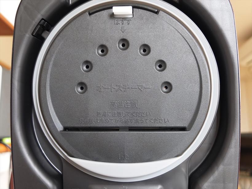 ↑内ぶたに「オートスチーマー」を装備。ふた加熱板とプレートの間に貯めた水をヒーター加熱し、7つの穴からスチームとして放出します