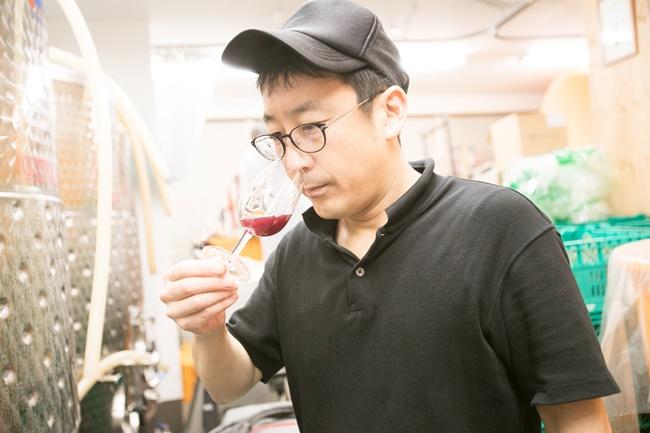「タンク内のワインをこまめにモニタリングすることが、とても大切」と上野さん