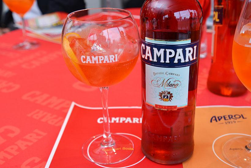 ↑日本でもおなじみの「カンパリソーダ」(カンパリ/ソーダ/オレンジスライス1片)。カンパリのほろ苦さやハーブの香りを、爽やかかつストレートに楽しめる飲み方です