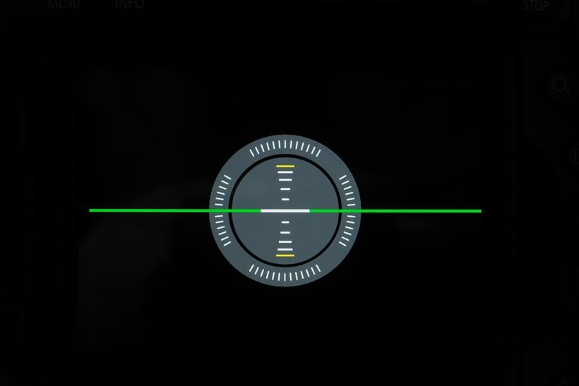 ↑写真は上下左右ともに水準がとれた状態。水平・垂直がずれると四角い枠が表示され、立体的な表示で直感的に水平・垂直のずれが視認できる