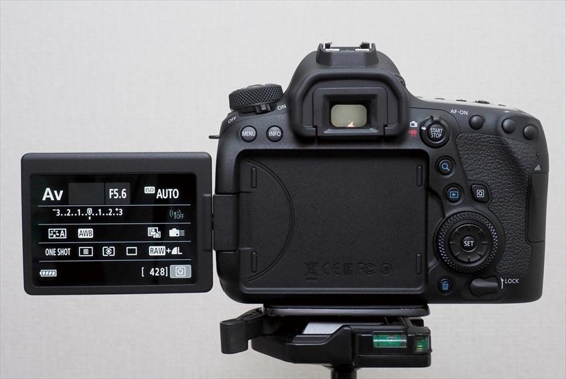 ↑上下可動のチルト式モニターを搭載するカメラは多い。だが、縦位置には対応できないし、自分撮りも難しい。バリアングル式ならOK!