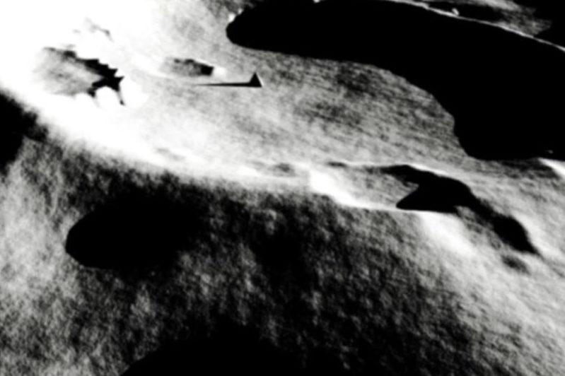 """2008年12月、NASAのハッブル宇宙望遠鏡が撮影した""""三角ピラミッド""""。はっきりと三角錐状の構造物で、とても自然の造形とは思えない。"""