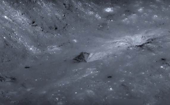 NASAの月周回衛星ルナー・リコネサンス・オービターがアリスタルコス・クレーターを撮影した画像に写り込んでいたピラミッド状の構造物。
