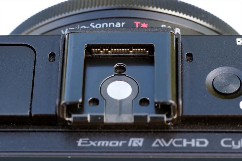 ↑RX100M2のマルチインターフェイスシュー。フラッシュ用接点の奥にアクセサリー用接点がある