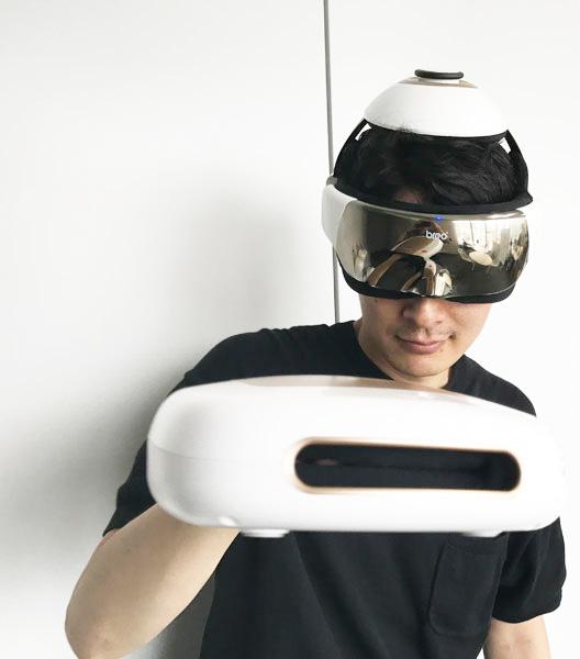 ↑GetNavi本誌家電担当、青木宏彰がその身を削ってサイズ感を示しました。幅20cm、薄さは9cmとコンパクトで、片手で軽々と持ち上げられる重さ。「モンデール ヘッドスパ」の新作「iD3S」(写真頭部のモデル)とともに使うのもオススメです