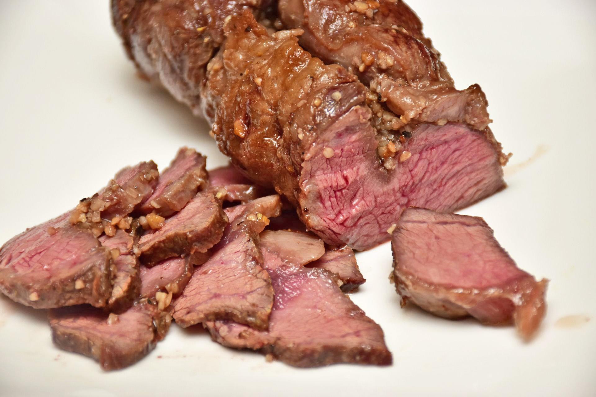 ↑アンガスビーフの肩ロースで作ったローストビーフ。かむとジュワーッと肉汁があふれてくる