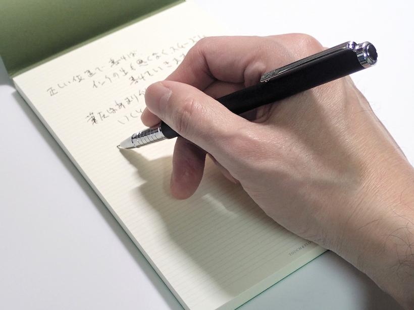 ↑ペン先の平たくなっている面を上にして、ペンをやや寝かせて書くと、よりスムーズに書ける。ペン先の方向とクリップの方向を合わせておけば、正しい位置で書き始めやすい
