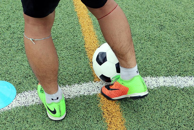 ↑右利きの人なら、基本的に左足が軸になる。利き足から自分のこぶしの大きさ3つ分ぐらいの位置に軸足を置く