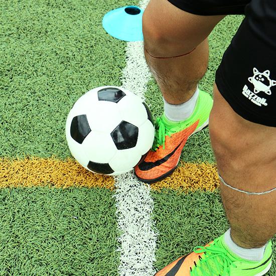 """↑""""ヒザ下で持ち出すイメージ""""とは、「ボールの下3分の1のところに足を入れるような感じ」(長谷川さん)で、ボールの下の部分と足がピタッとくっつき、そのままグッと前に押し出す感覚のことを意味している"""