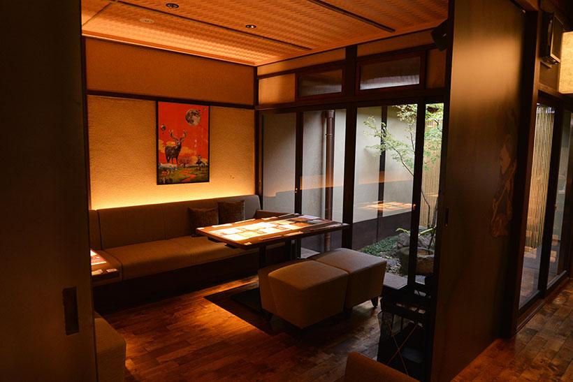 ↑風情ある中庭を望む半個室ラウンジ