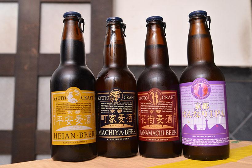 ↑京都町家麦酒の主要な4本。左から、黒ビールのスタウト「くろおす」、ホップがフルーティなケルシュ「かるおす」、コク深いアルトの「まったり」、やさしい苦みが効いた「京都はんなりIPA」(各540円)
