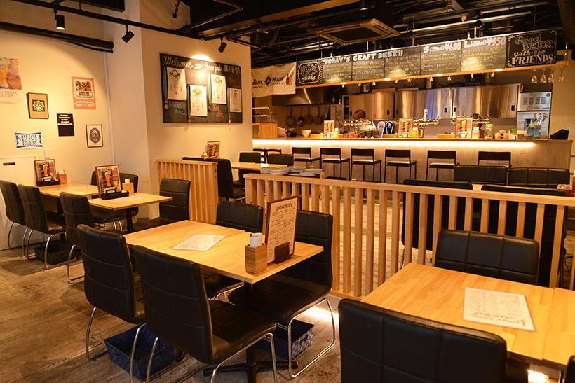 ↑店内。カウンターとテーブルの全43席からなる温かみのある空間